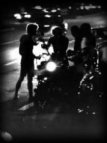 深夜を突つ走るオートバイの暴走